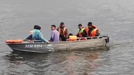Лодка со спасенными гражданами на озере Боровое