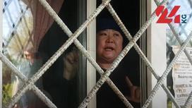 Женщина за решеткой и окном