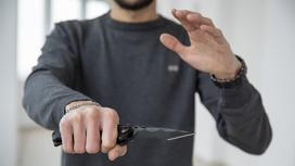 Мужчина держит нож