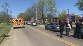 Полиция и скорая помощь около школы, где была стрельба