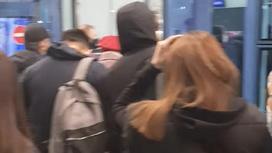Очередь на входе в аэропорт Алматы