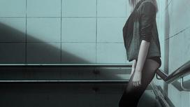 Девушка стоит у стены
