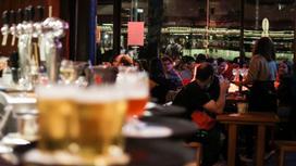 Несколько кружек пива стоит на барной стойке
