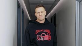 Алексей Навальный стоит в коридоре