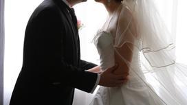 Молодожены в свадебных нарядах