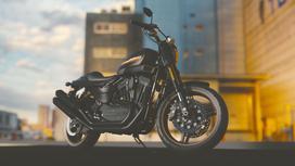 Мотоцикл стоит на фоне зданий