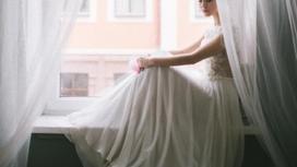 Девушка в белом платье, тюль