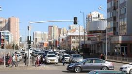 Люди идут по улице в Нур-Султане