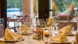 Сервированный стол с разными видами бокалов