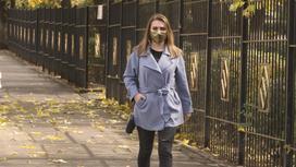 Девушка с маской идет по улице