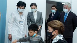 Ребенок и врачи в реабилитационном центре