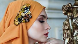 Женщина с платком на голове