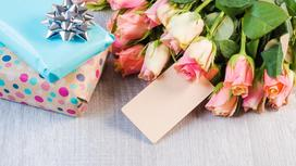 Цветы и подарки на столе