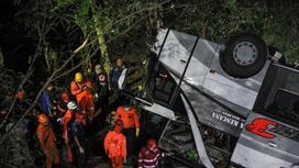Спасатели работают на месте ДТП