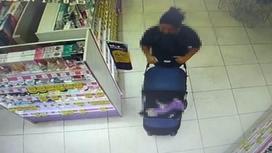 Женщина положила украденный парфюм в детскую коляску