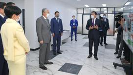 Касым-Жомарт Токаев, Алтай Кульгинов и Алексей Цой во время посещения поликлиники №103