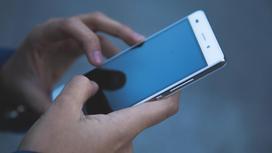 Смартфон в руках человека