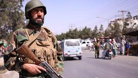 Солдат в форме с автоматом