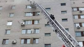 Пожарные поднимаются по автолестнице