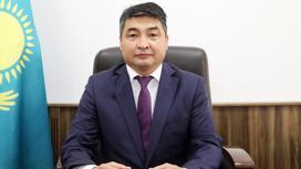 Асет Калиев сидит за рабочим столом