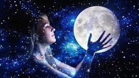 Девушка держит Луну