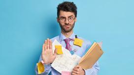 Мужчина держит папку