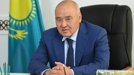 Умирзак Шукеев сидит за столом