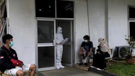 Пациенты около больницы в Богоре, Ява