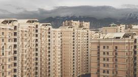 Жилой комплекс располагается на фоне гор в Алматы