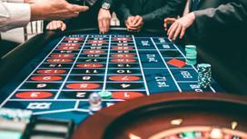 Мужчины делают ставки в казино