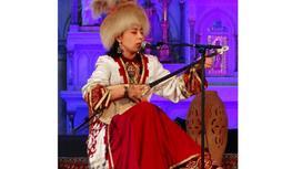 Артистка играет на домбре