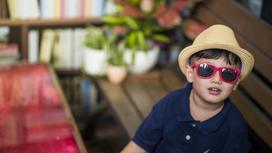 мальчик в шляпе и очках