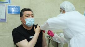 Аскар Мамин получает вакцину