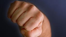 Мужчина наносит удар кулаком