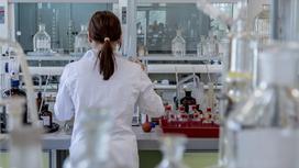 Медик работает в лаборатории