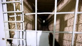 Решетки на двери в камеру заключенных