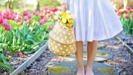 Девушка стоит весной в саду