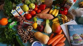Овощи и фрукты на столе