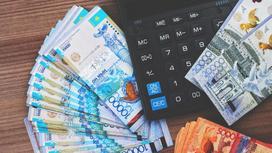 Деньги лежат рядом с калькулятором
