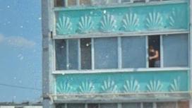 Мужчины вышел на балкон