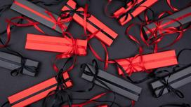 Подарки в коробках черного и красного цвета