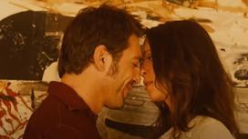 Мужчина и женщина за миг до поцелуя