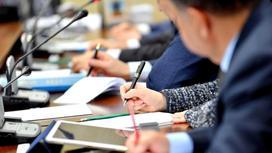 Депутаты сидят на заседании