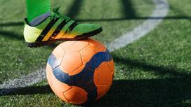 Футболист остановил мяч