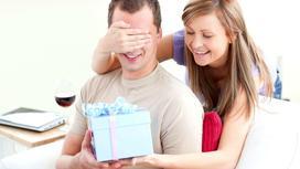 девушка делает подарок мужчине