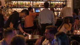 Люди проводят время в ресторане