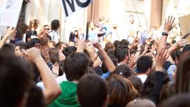 Люди протестуют на митинге