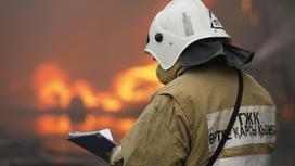 Пожарный на тушении возгорания