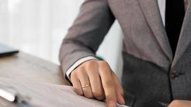 Мужчина в костюме изучает документы