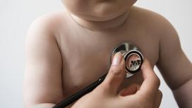 Детский врач осматривает ребенка